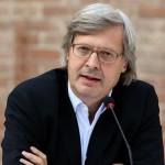 Vittorio Sgarbi inaugura la mostra di Correggio annunciando un falso